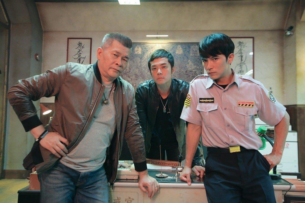 澎恰恰(左)當導演受挫後,在「第九分局」裡專心當演員,他說自己在片場不多話,不給...