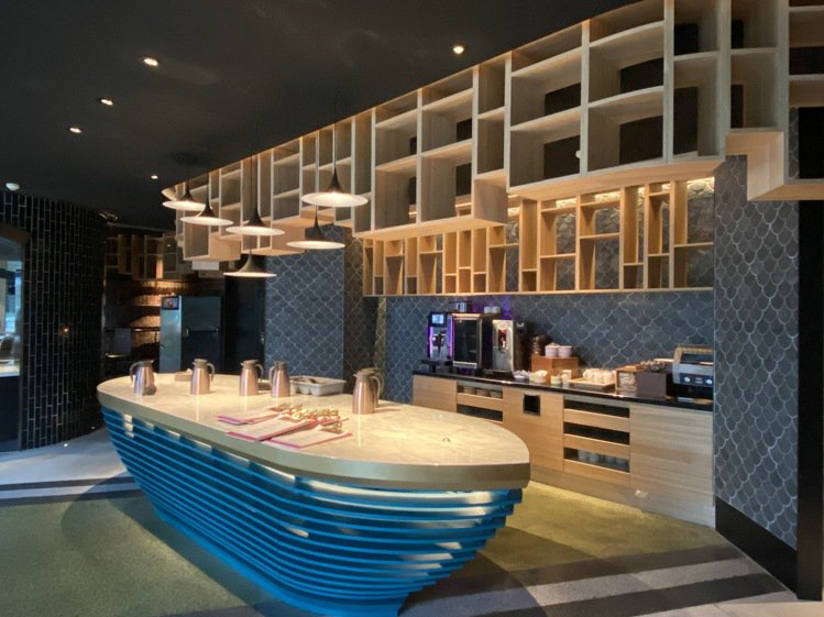 T.R Bar & Kitchen全日餐廳,讓人有如置身基隆河畔的遊河慶典,有漁...