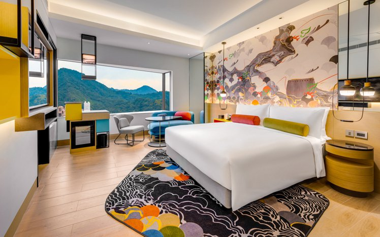 台北大直英迪格酒店豪華客房,用色大膽,充滿設計力。圖/大直英迪格提供