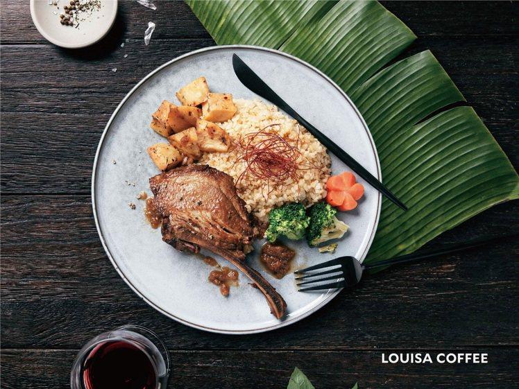 路易莎咖啡即日起推出「戰斧豬排佐泰式冬蔭酸辣飯」。圖/路易莎咖啡提供