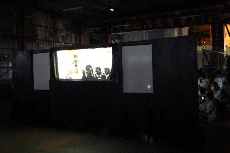台中市清水區清泉國中師生昨晚在東勢表演皮影戲「心哩程2220」,故事敘述越南新住民的故事。圖/台灣新世代關懷協會提供