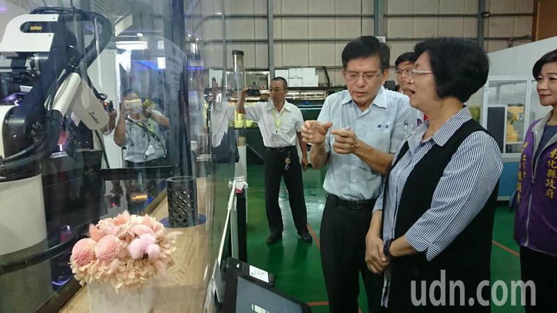 彰化縣長王惠美聽取勵德自動化公司總經理施正德介紹機器人手臂沖泡咖啡的技術。記者簡慧珍/攝影