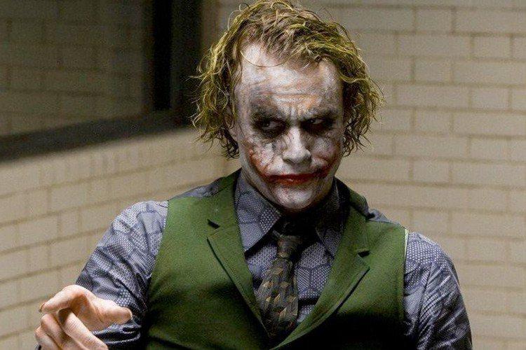 麥特里弗斯執導「蝙蝠俠」將於2021年上映,目前據傳將於倫敦復工,該片由羅伯派汀森重新詮釋新版蝙蝠俠,片中並會出現「貓女」柔伊克拉維茲 、「企鵝」柯林法洛以及「謎天大聖」保羅迪諾等經典角色,今日更有...