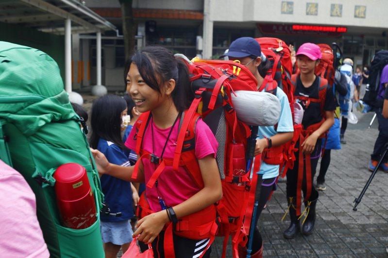 小六畢業為了完成攀登南湖北山的創舉,自己要背負重裝備。圖/岳明國小提供