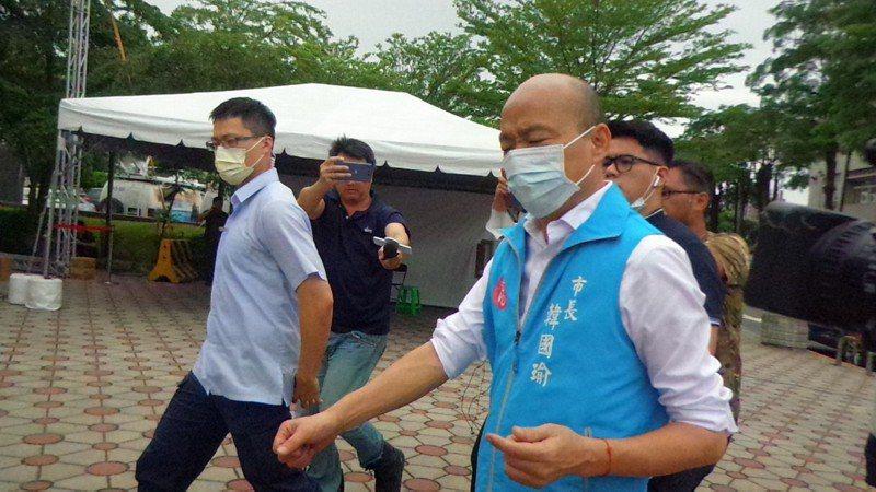 高雄市長韓國瑜今天再到議長許崑源靈堂,一語不發。記者林保光/攝影