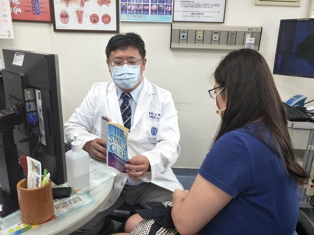 童醫院醫師陳忠雄向病人進行衛教(非個案本人)。圖/童醫院提