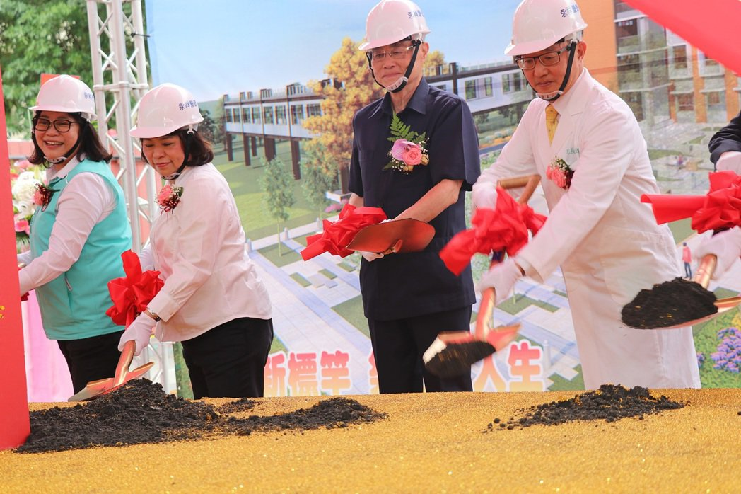嘉義市長黃敏惠(左二)等人參加動土典禮。圖/嘉義市府提供