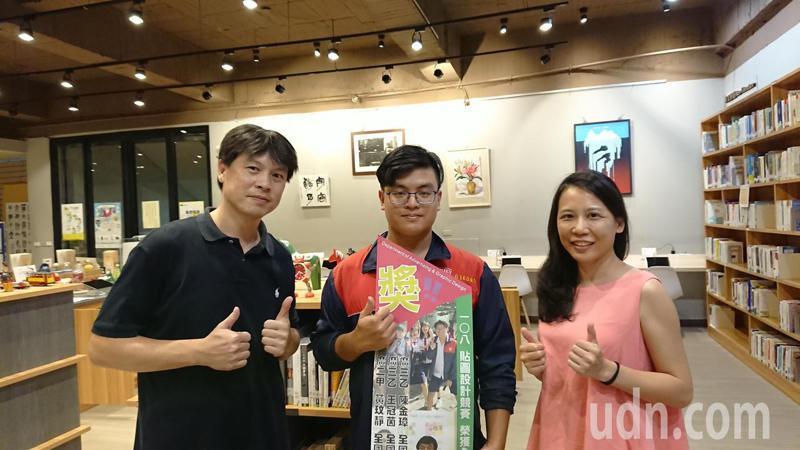 台南高商學生陳金樟(中)參加統測設計群術科考試獲得滿分,老師以他為榮。記者鄭惠仁/攝影