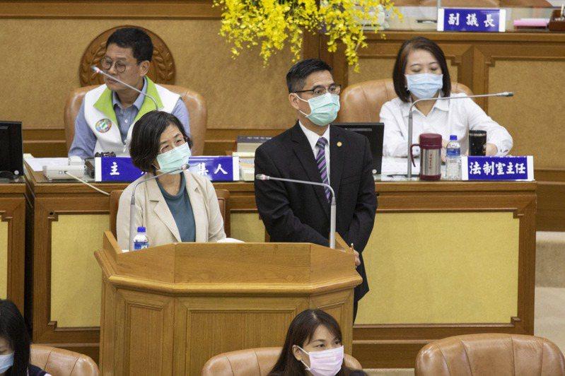 新北衛生局長何潤秋(左)說,人工生育費用高,將評估新北的需求量,著手研議補助項目。記者王敏旭/攝影
