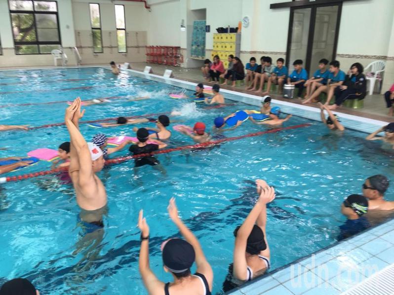 疫情解封,學校陸續恢復游泳課。記者鄭惠仁/攝影