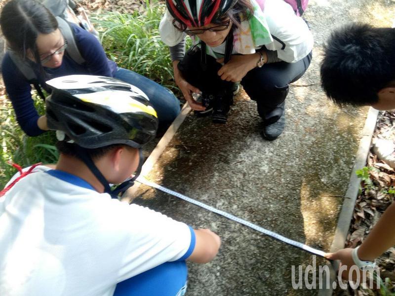 台南市左鎮國中學生進行糖業小火車鐵軌遺址踏查。圖/校方提供