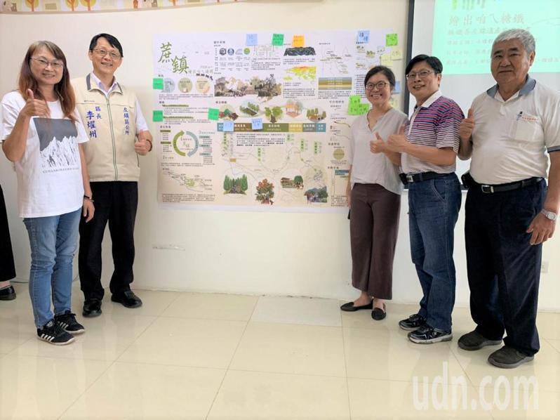 成大都市計畫系副教授張秀慈(右三)帶領研究生團隊,今天在台南左鎮區公所發表「蔗鎮」糖鐵善左線遺產旅遊計畫。記者吳淑玲/攝影