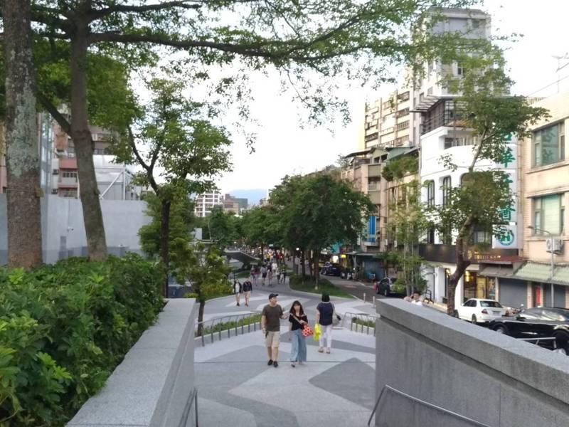 台北市政府規劃「心中山線形公園」,但雙連帶狀公園因市府規劃水泥地、兒童遊具,取代現有綠地,居民發起「自己家園自己救、自己公園自己作主」連署。記者林麗玉/攝影