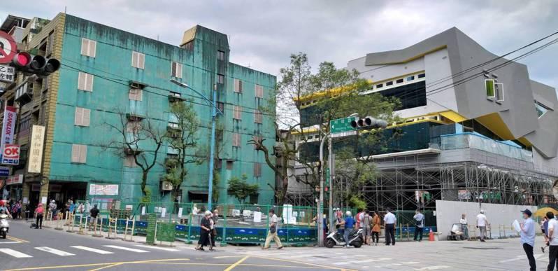 興建中的新北市立圖書館瑞芳分館預計今年9月中旬啟用,鄰近公寓屋主同意彩繪外牆,改善整體意象。記者邱瑞杰/攝影