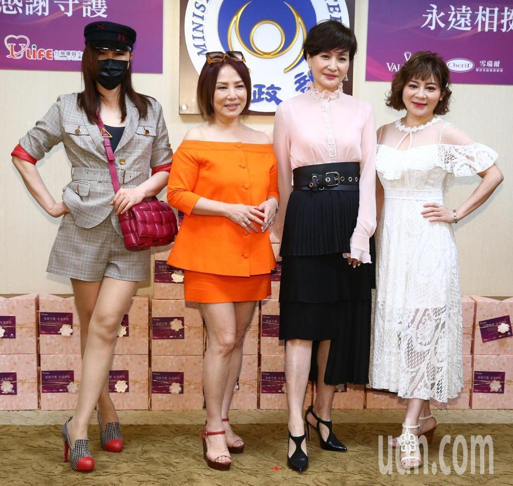 利菁(左起)、葉璦菱、方芳芳和王彩樺出席台灣優質生命協會醫護警消感謝箱捐贈記者會