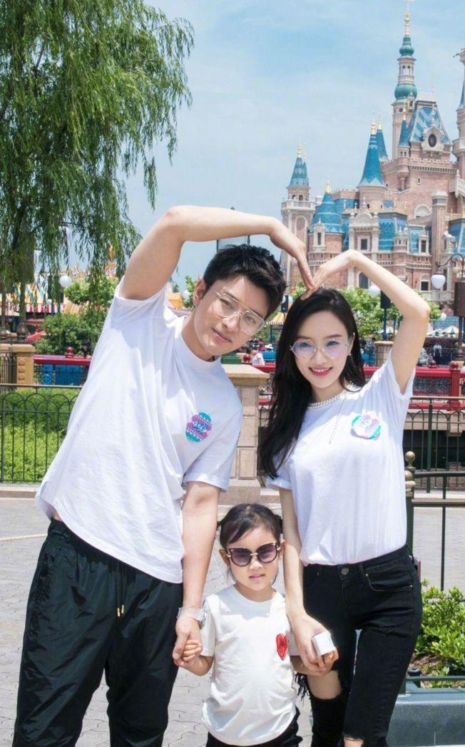 賈乃亮(左)、李小璐(右)離婚8個月後疑似為了女兒復合。圖/摘自微博