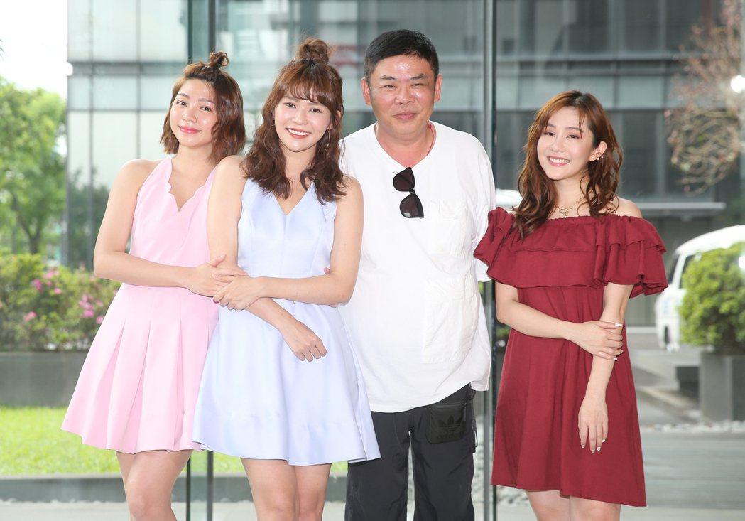 曾智希(左ㄧ)、林萱瑜(左二)、馮凱(右二)及王宇婕(右一),昨天出席三立新八點...