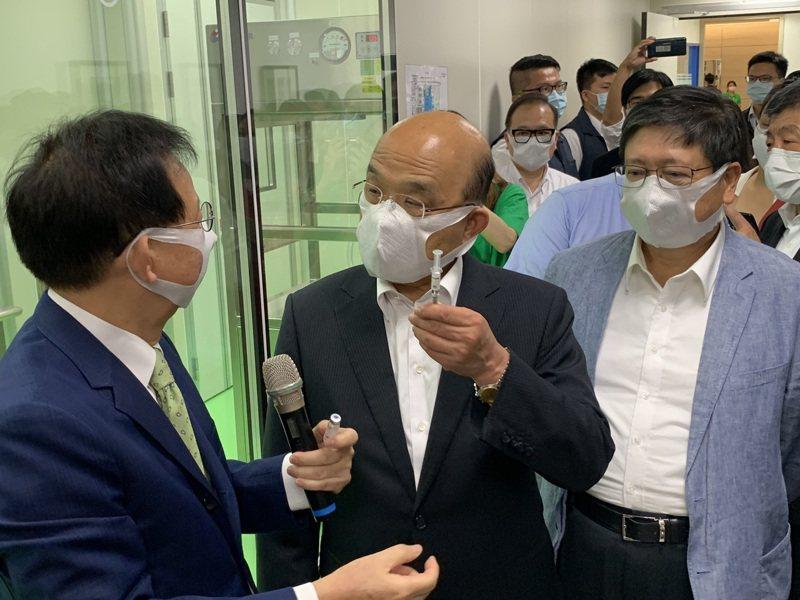 行政院長蘇貞昌(左二)等人今天下午前往位於新竹生醫園區的高端疫苗公司視察。記者陳斯穎/攝影