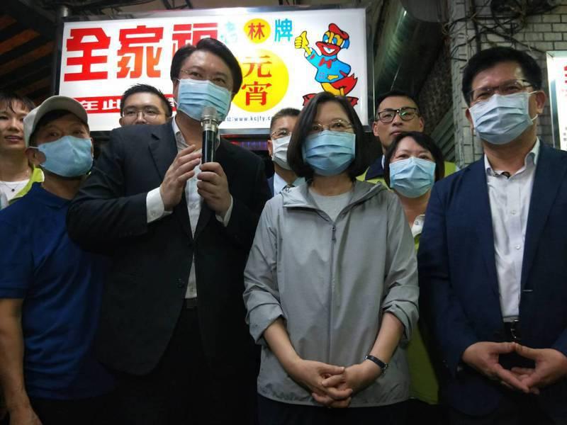 「有罷韓國家隊嗎?」,蔡總統基隆廟口被問轉身不回應。記者游明煌/攝影