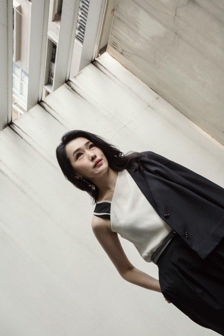 陳妍嵐詮釋公務穿搭,不對稱背心19,800元、短版外套25,800元。圖/夏姿提...