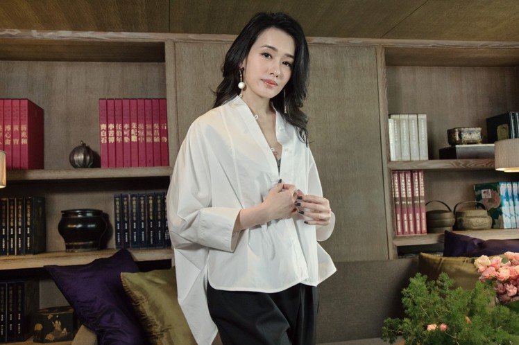 陳妍嵐演繹可微性感穿搭的中式白襯衫16,800元。圖/夏姿提供