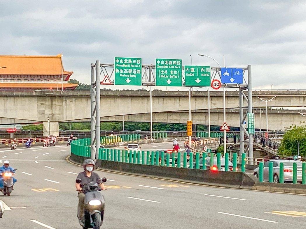 警方表示,中山橋地形為上、下坡轉彎,若駕駛車速過快,易過彎失控,將建請交通局增設...