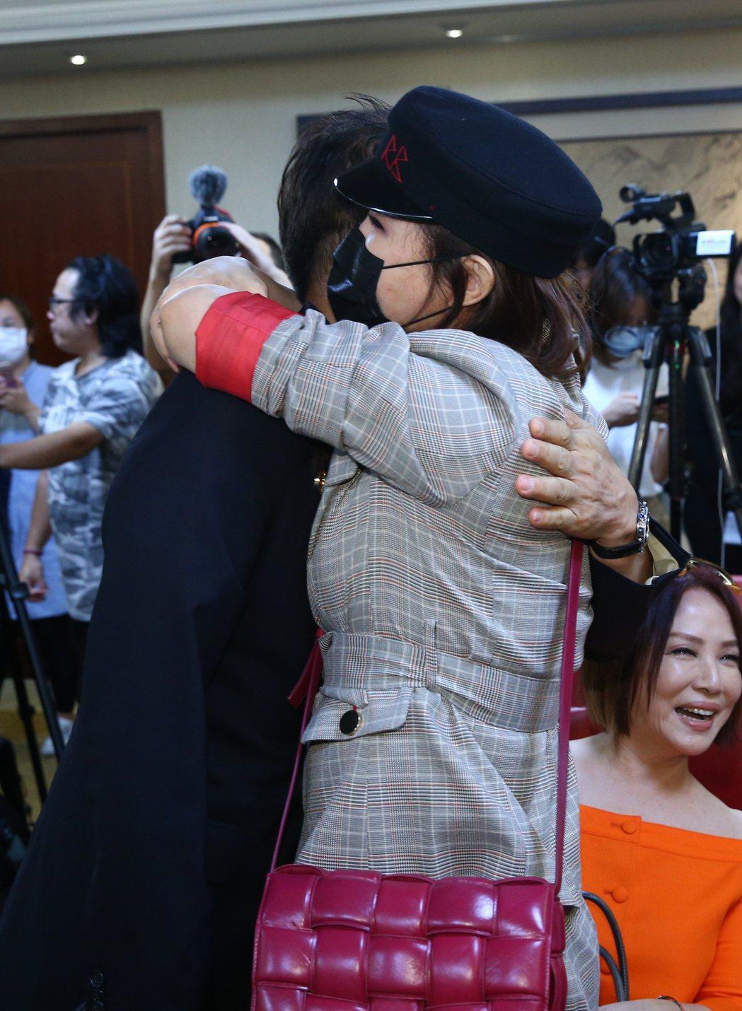 利菁(右)和徐乃麟擁抱破冰。記者葉信菉/攝影