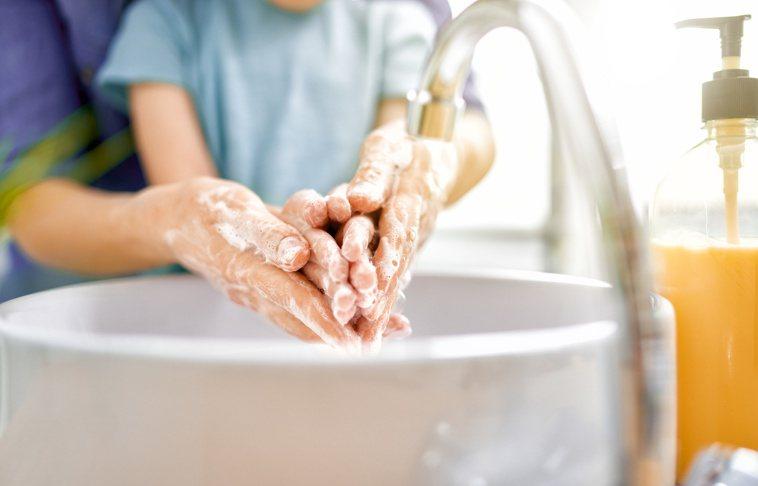 因為推行戴口罩、勤洗手、社交距離等措施,阻斷了傳染途徑,腸病毒等傳染病被有效控制...