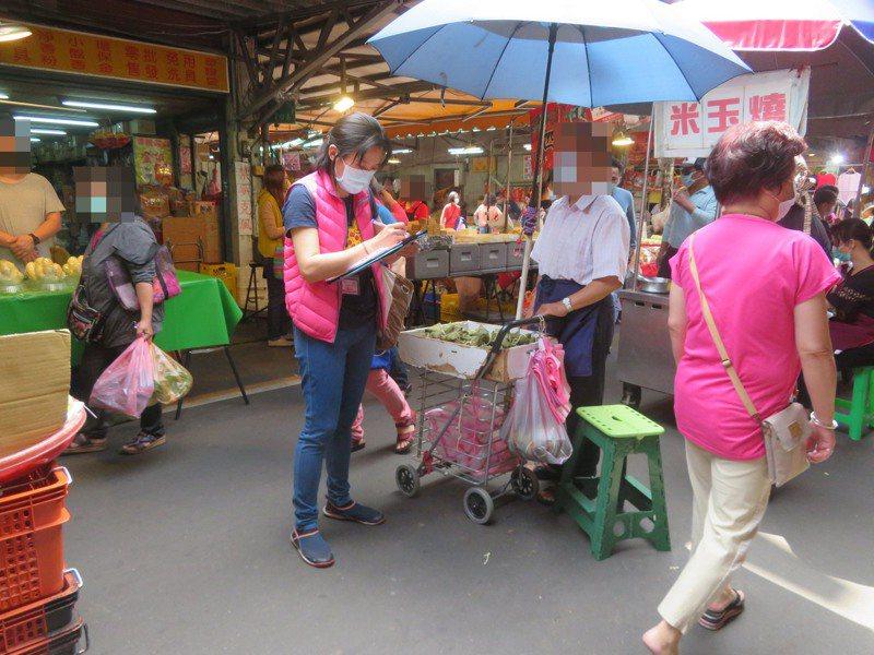 新北市衛生局抽查市售粽子,發現新莊區自強街巷口一處攤商販售的鹼粽檢出硼砂。 圖/新北衛生局提供