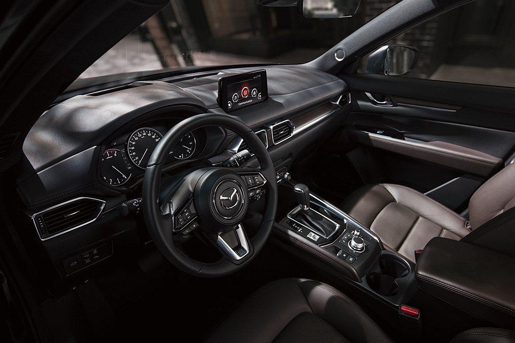 內裝以細膩質感構築品味出眾的車室氛圍,並新增方向盤換檔撥片進一步提升操駕樂趣,M...