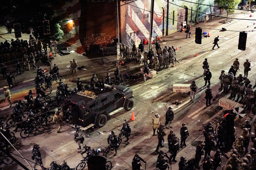 8日深夜西雅圖,西雅圖警方與華盛頓州國民兵,控制街頭場面。 圖/法新社