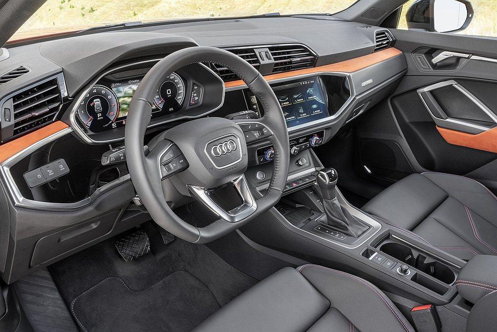 特別將Alcantara麂皮材質運用至車內如前後門把扶手與車內飾版,亦提供琥珀棕...