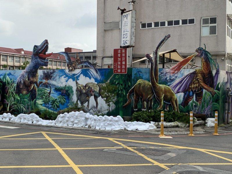 王菁華擔任里長期間,邀集志工們在內壢國小旁完成侏羅紀世界圍牆彩繪。 圖/高宇震 ...