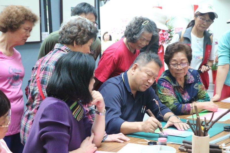 也開辦攝影、木筆畫圖、書法等藝術課程,將美學的種子向下扎根。 圖/王菁華提供