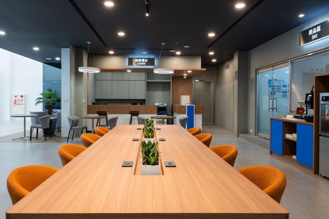 全新設置的「社群共享桌」在木質元素點綴下,讓顧客可以更靈活地進行意見交流與討論,...