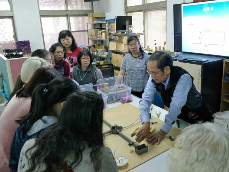 呂理民(右1)具有甲級水電技術士證照,目前在婦女服務中心開班「修水電,Women...