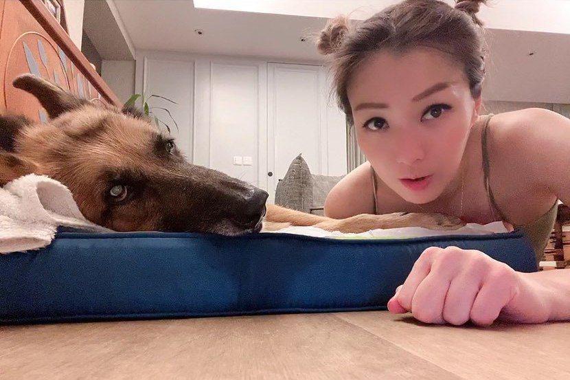 鄭秀文與愛犬Lucky。圖/擷自鄭秀文IG