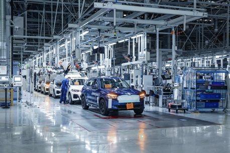 第一輛擁有多元動力的X3 純電休旅BMW iX3量產準備中!