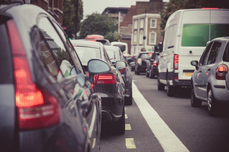 網友某天路過新竹竹北撞見2、30輛車在排隊,直覺認為是排賣場或美食。示意圖/ingimage