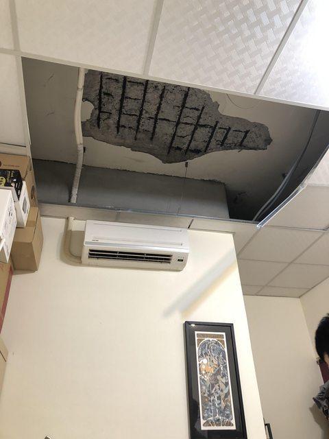 一名網友睡覺睡到一半,水泥天花板竟直接砸到他旁邊。圖擷自PTT