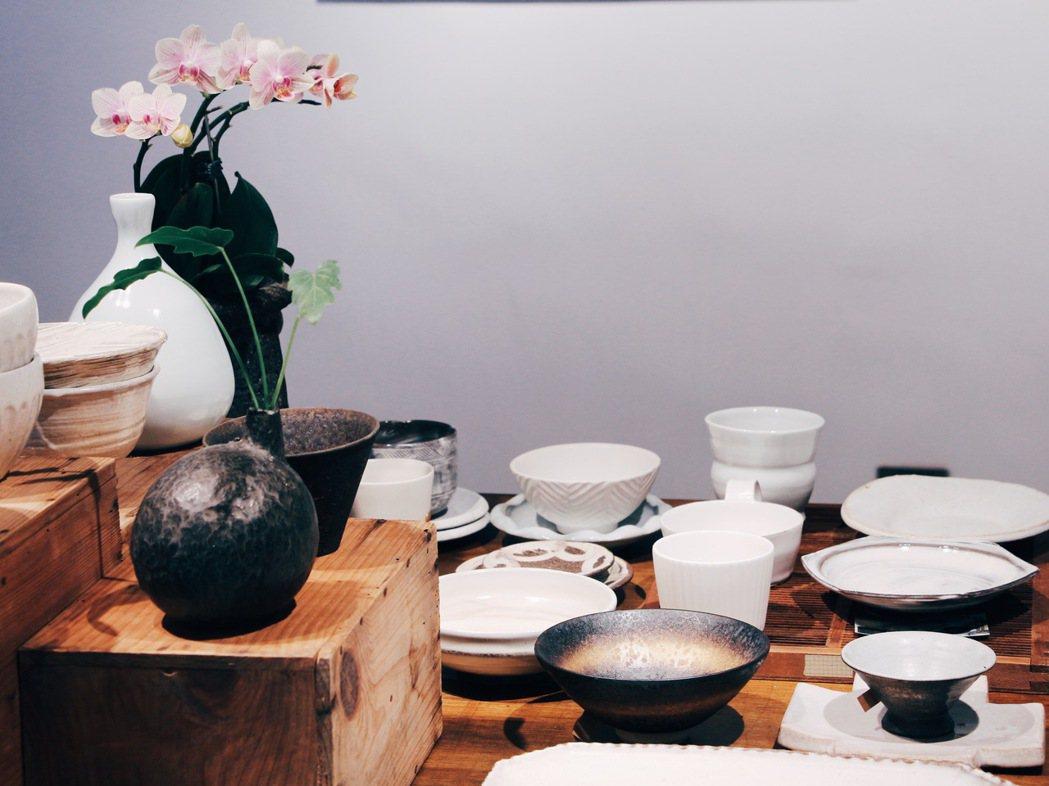 溫事主理人米力從日本各地蒐集了職人器物,為空間中策劃一個展中展「生活的原型」,選...
