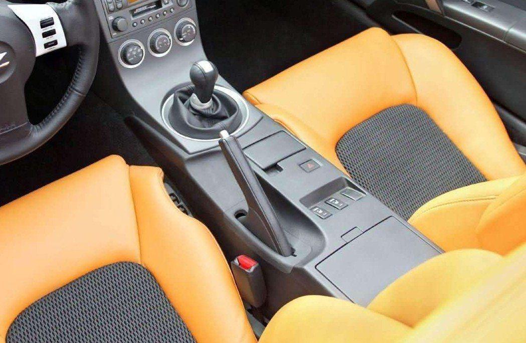 傳統手煞車拉桿。 摘自Nissan