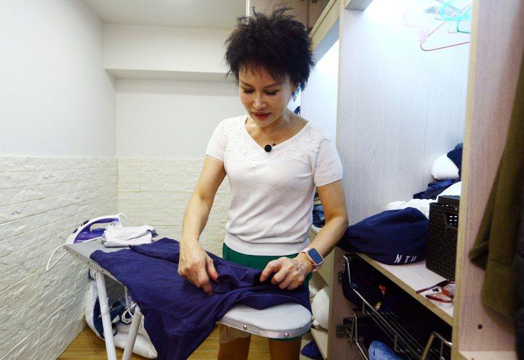 譚敦慈傳授冬衣三分之一摺法。記者杜建重/攝影 記者杜建重/攝影