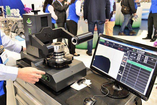 圖4 : 正河源開發的最新一代刀具影像測量校正儀,可在機台外側量測,並直接調整刀具刃高及鎖固刀片螺絲的特性,減省校刀時間與生產成本。(source:正河源)