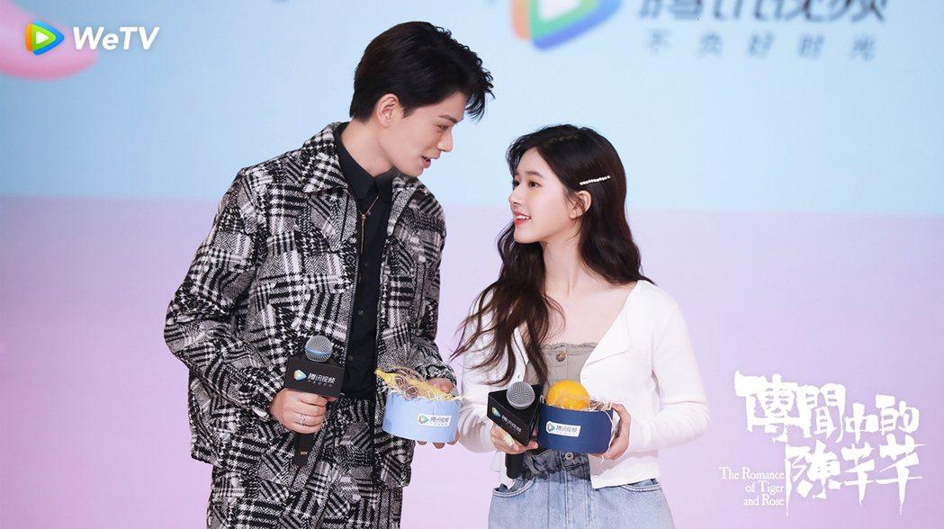 丁禹兮(左)與趙露思互動甜。圖/WeTV提供