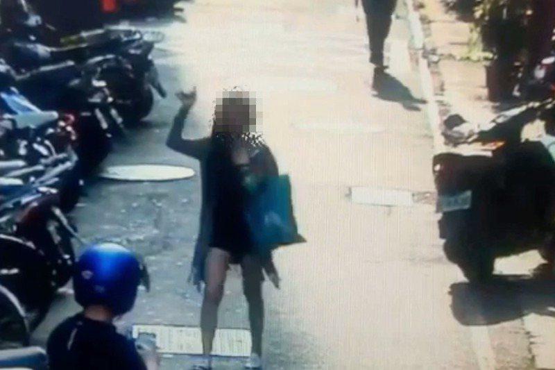 吳姓男子5月間在北市萬華噴辣椒水搶奪34歲婦人皮包,事後在一河之隔的新北三重被逮,結果三重和萬華分局同日同時開破案記者會,有如「網內戶打」。 記者林昭彰/翻攝