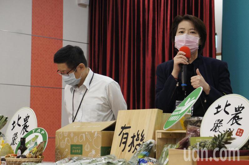 台北市副市長黃珊珊今天舉行防疫記者會,宣布台北市公有市場從即日起解封。記者林麗玉/攝影