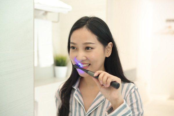 arpha藍光電動牙刷利用專利藍光刷頭技術主打「抑菌」與「亮白」功效,維持口腔健...