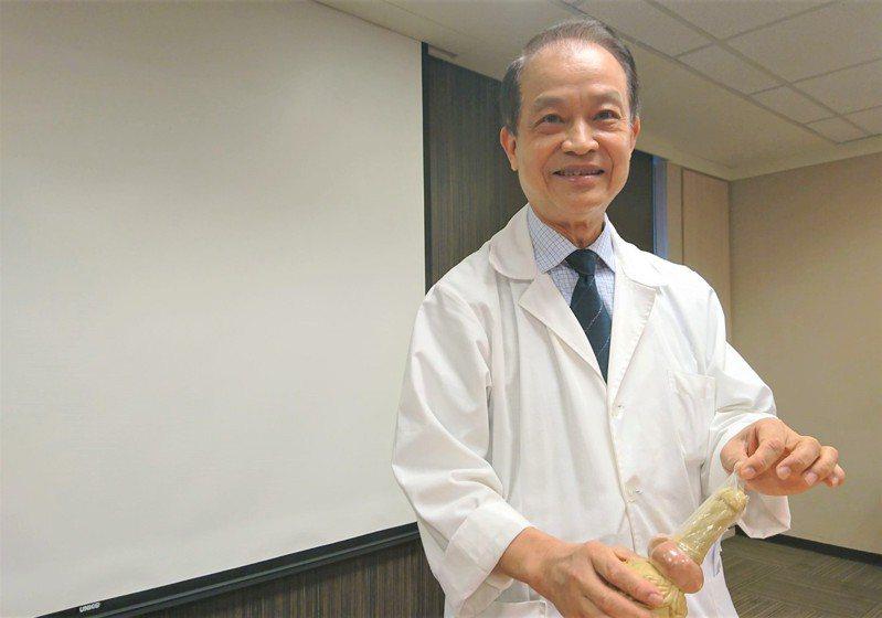 書田診所泌尿科主任醫師殷約翰指出,男性小便後,應取衛生紙將包皮擦乾,以減少發炎機率。記者羅真/攝影