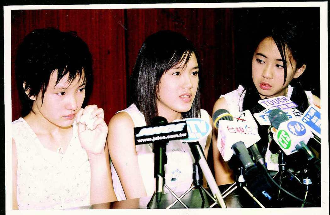 「KISS」成員之一的蔡裴琳(中)在張碩芬(左)、王婷萱陪同下,曾為作弊一事公開